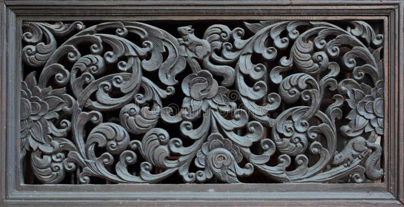 Les portes en bois ont découpé dans le lotus, Thaïlande photos stock