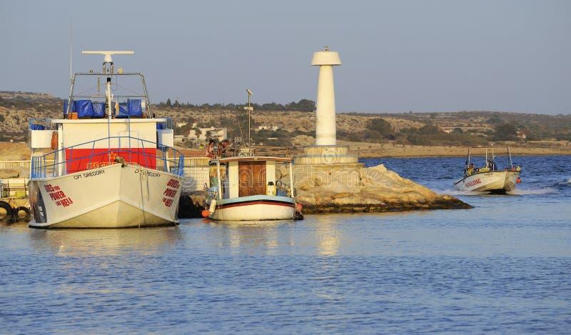 Les portes hébergent et des bateaux, Ayia Napa, Chypre images stock