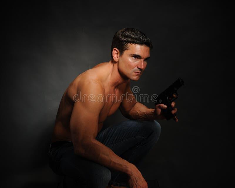Les poses sexy d'homme pour l'appareil-photo images stock