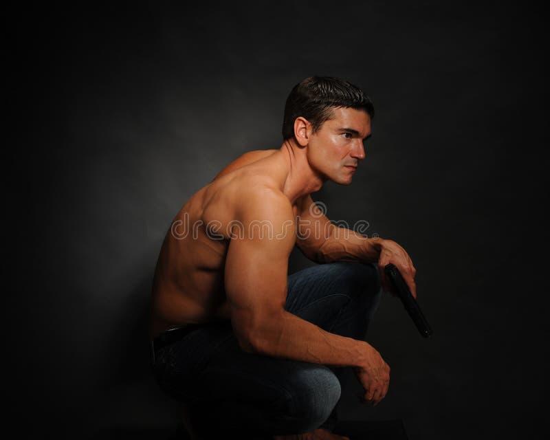 Les poses sexy d'homme pour l'appareil-photo photos libres de droits
