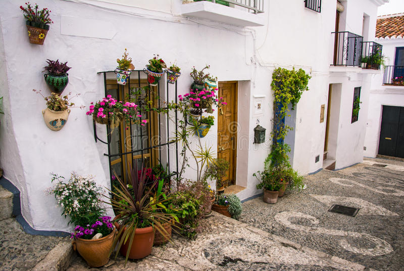 les pots de fleurs ont accroché sur le mur dans andalousie