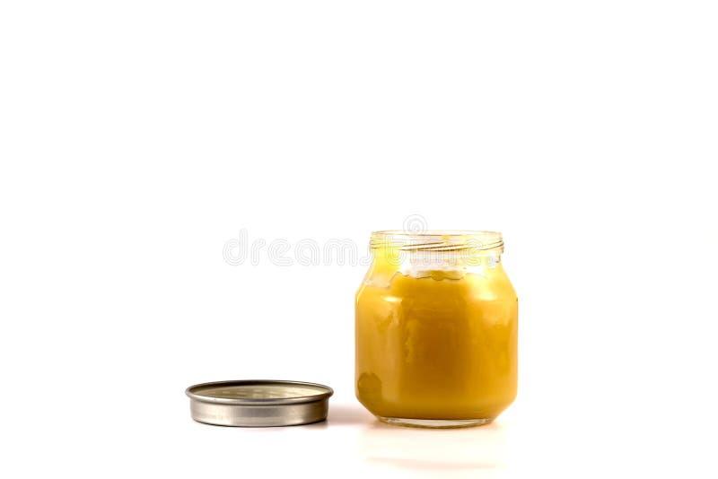 Les pots de purée de fruit de bébé avec le couvercle s'ouvrent photo stock