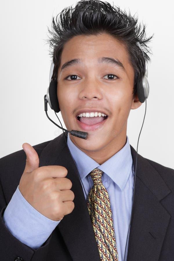 Les pouces d'agent de centre d'attention téléphonique lèvent la verticale photo stock