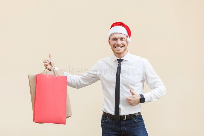 Les pouces drôles d'homme d'affaires de gingembre se lèvent et regardant l'appareil-photo avec le sourire toothy photos stock
