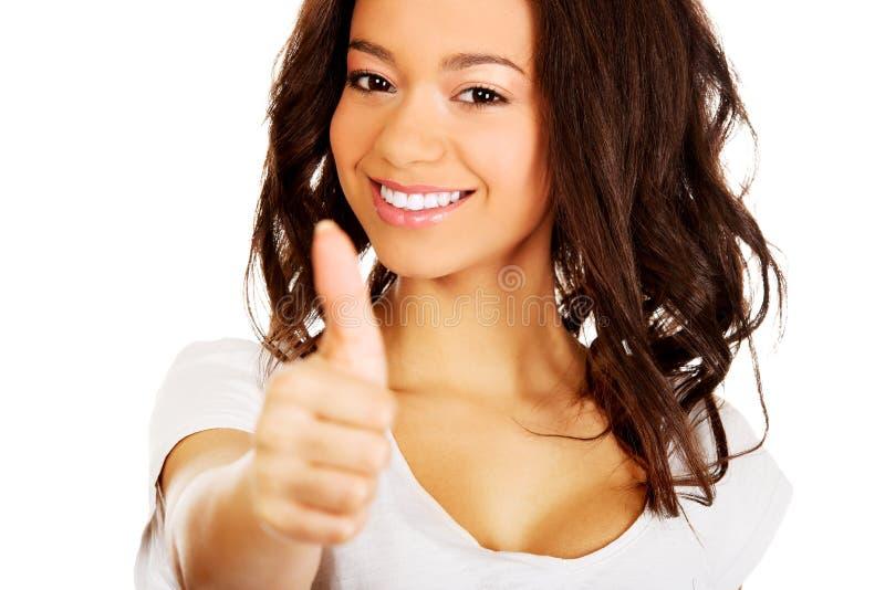 les pouces heureux lèvent la femme image stock