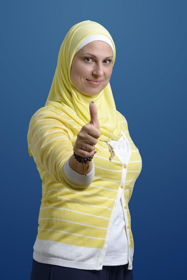 Les pouces lèvent la femme musulmane photos libres de droits