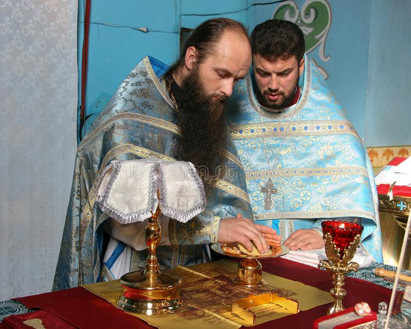 Les prêtres consacrent du pain images libres de droits