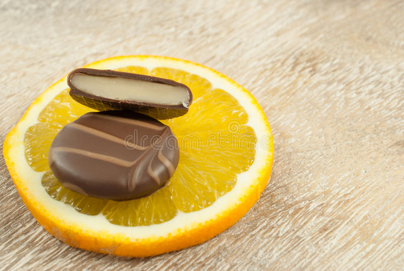 Les pralines avec de la crème orange ont enduit en chocolat foncé lisse photographie stock libre de droits