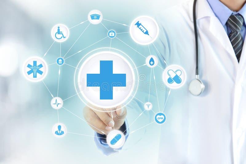 Les premiers secours émouvants de main de docteur se connectent l'écran virtuel photographie stock libre de droits