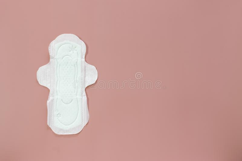 Les produits d'hygiène ou la protection sanitaire des femmes sur le fond rose photo stock