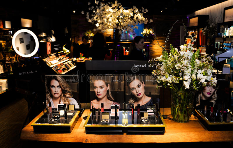 Les produits de beauté stockent, les best-sellers de achat, articles cosmétiques pour elle images libres de droits