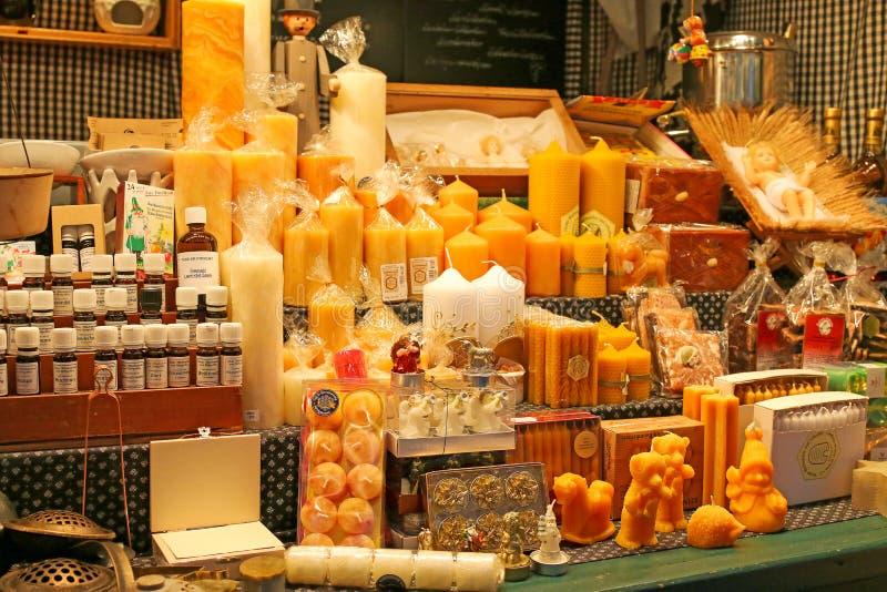 Les produits de cire d'abeille se sont vendus au marché de Noël à Innsbruck, Autriche images stock
