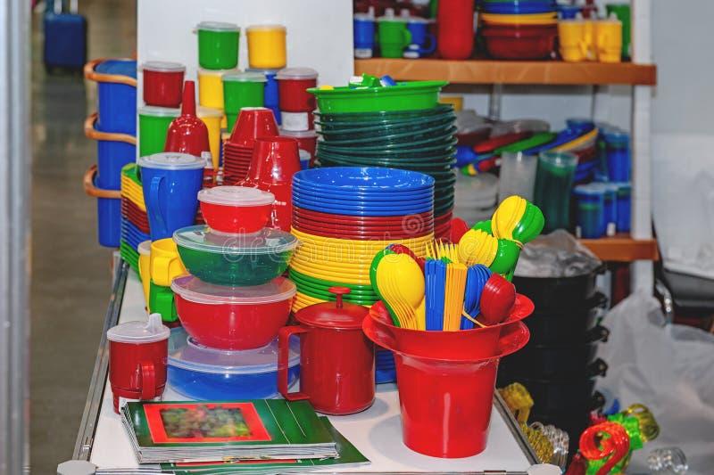 Les produits des articles en plastique, objets prennent soin des usines sur un étalage de supermarché Remplacement de la vaissell photographie stock