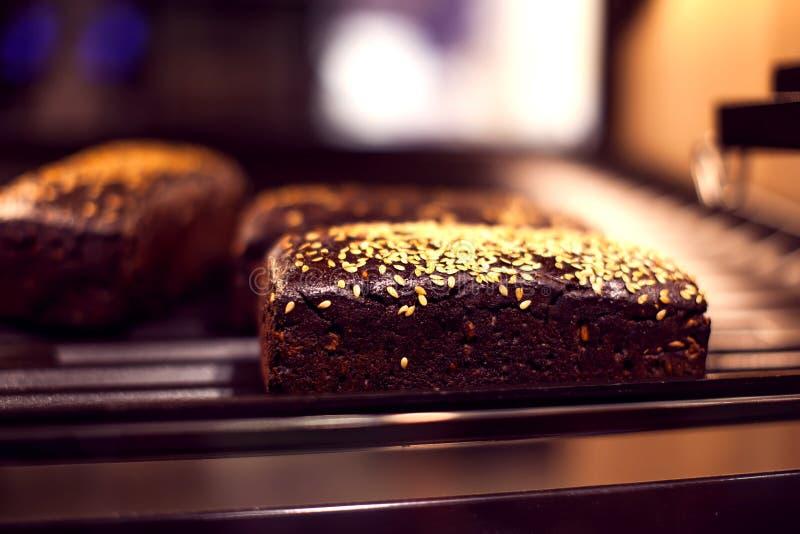 Les produits frais de boulangerie dans une boutique de boulangerie - fermez-vous vers le haut du tir photo stock