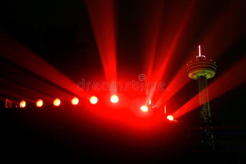 Les projecteurs colorés de Niagara accompagnés du Skylon dominent à l'arrière-plan images stock