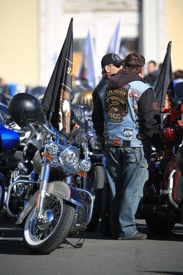 Les PROPRIÉTAIRES de HARLEY russes GROUPENT des motards et leurs motos photos stock