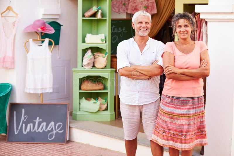 Les propriétaires mûrs de la mode stockent le ½ extérieur debout de ¿ de Shopï photographie stock