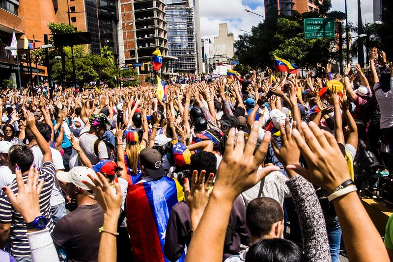 23-01-2019 les protestants vénézuéliens prennent aux rues pour exprimer leur mécontentement à la prise de contrôle illégitime de  photographie stock libre de droits