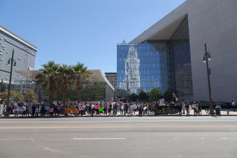 Les protestataires assemblent les sièges sociaux extérieurs de LAPD images libres de droits