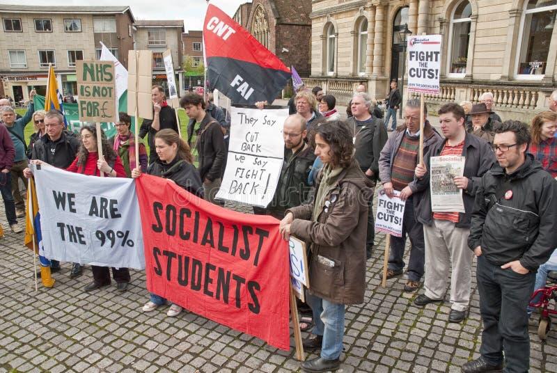 Les protestataires d'Anti-coupes écoutent des speaches à Exeter photographie stock