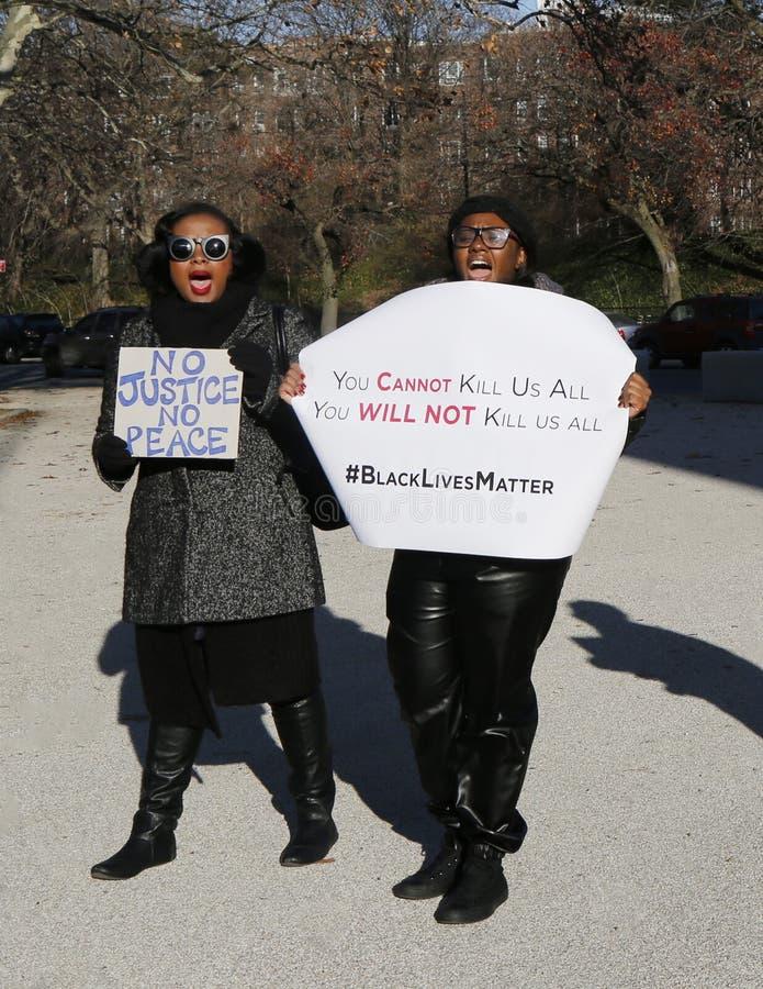 Les protestataires marchent contre la brutalité de police et la décision du grand jury sur le cas d'Eric Garner sur la plaza gran images libres de droits