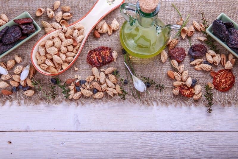 Les pruneaux, abricots secs, raisins secs, amandes, ont séché des tomates - faites main Fruits, légumes, écrous et beurre secs image libre de droits