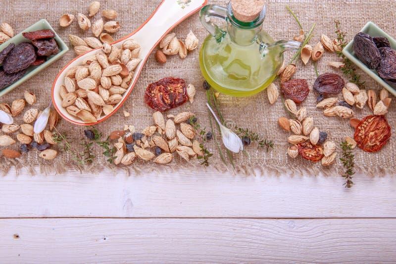 Les pruneaux, abricots secs, raisins secs, amandes, ont séché des tomates - bio produits faits main Fruits secs, légumes, écrous  photos stock