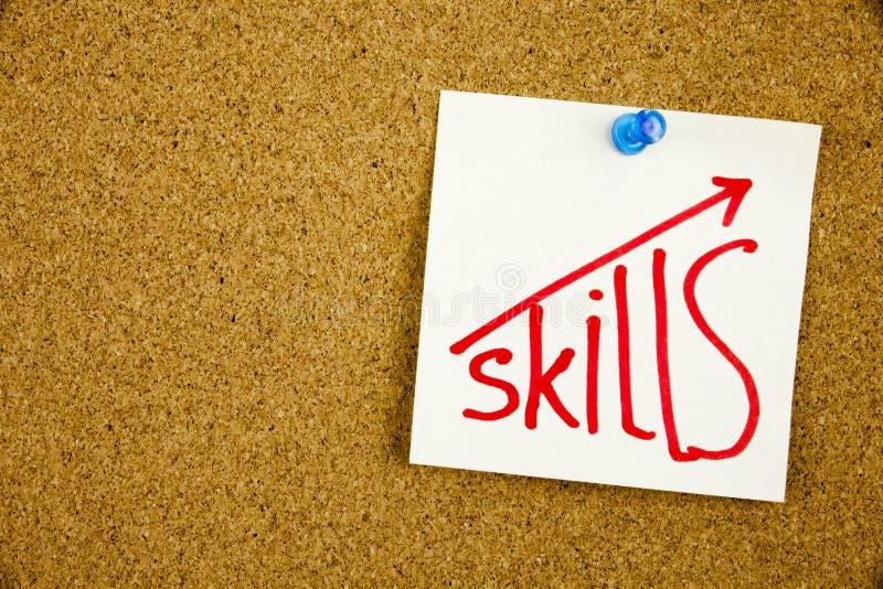 Les qualifications écrites sur la note collante goupillée sur le tableau d'affichage améliorent votre concept de qualifications photographie stock