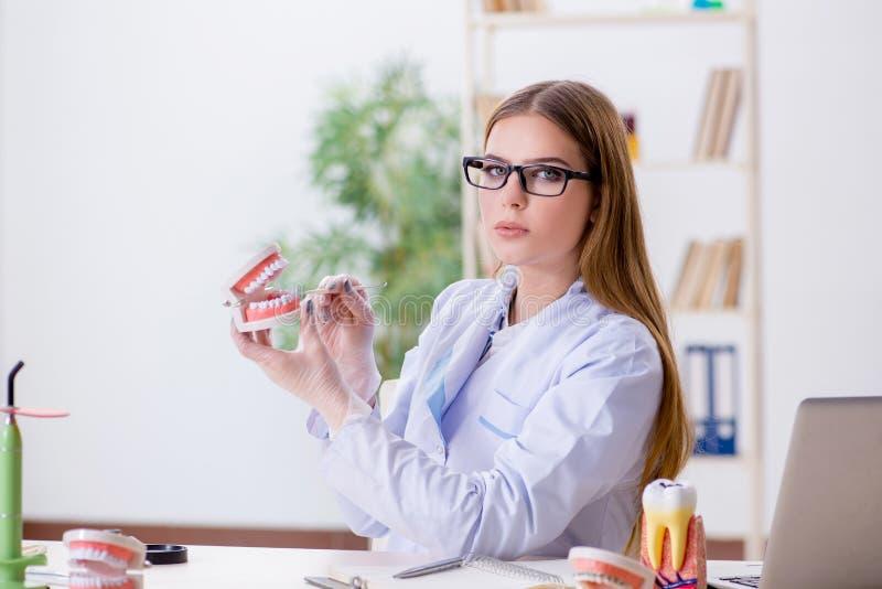 Les qualifications de pratique d'étudiant d'art dentaire dans la salle de classe photographie stock libre de droits