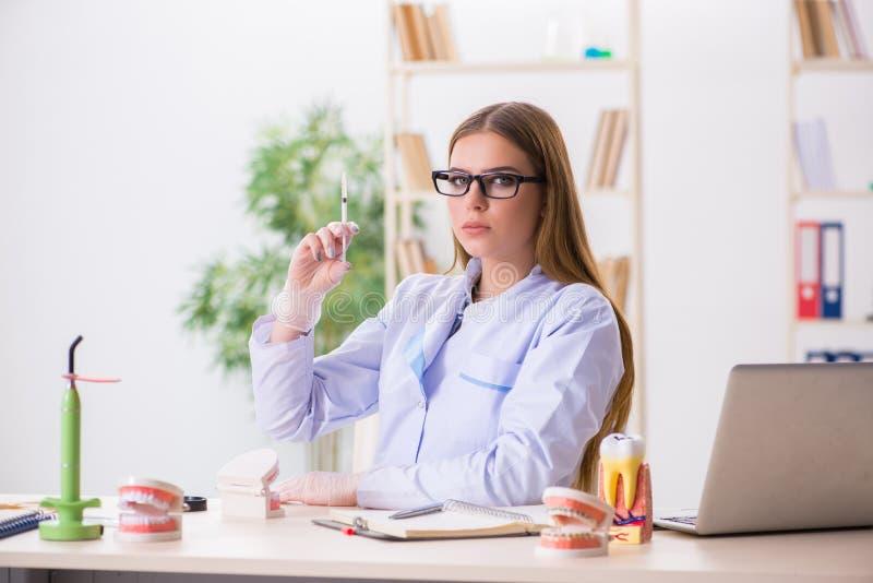 Les qualifications de pratique d'étudiant d'art dentaire dans la salle de classe photo stock