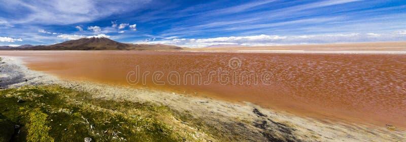 Les réflexions d'Uyuni sont l'une des choses les plus étonnantes qu'un photographe peut voir Ici nous pouvons voir comment le lev photographie stock