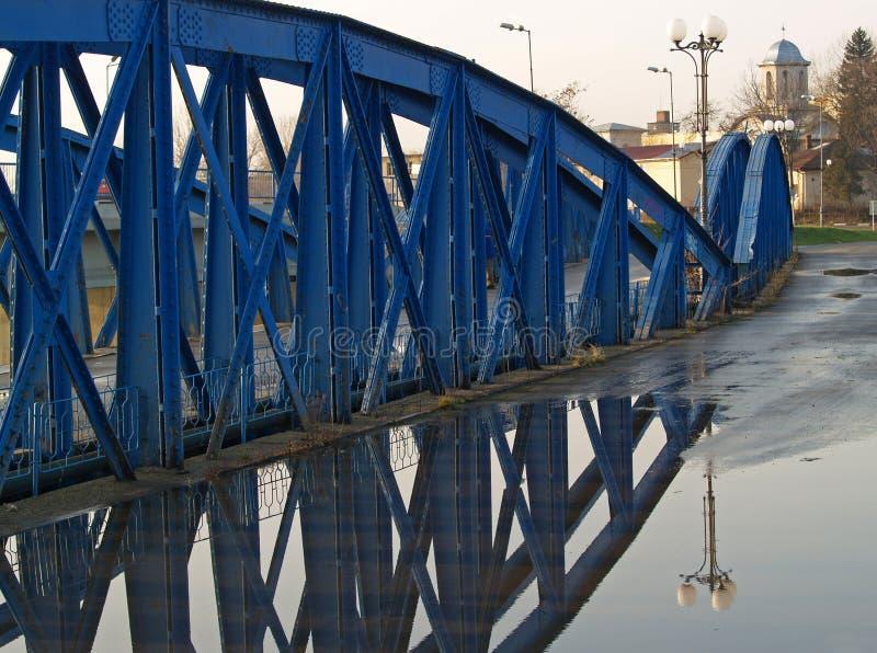 Les réflexions sur Bizetz jettent un pont sur le premier pont incurvé dans un plan horizontal construit en Europe photographie stock