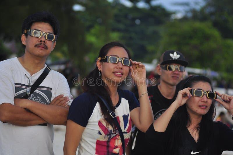 Les résidents de Tanjung Pandan Belitung de l'atmosphère ont fait bon accueil à l'éclipse solaire images stock