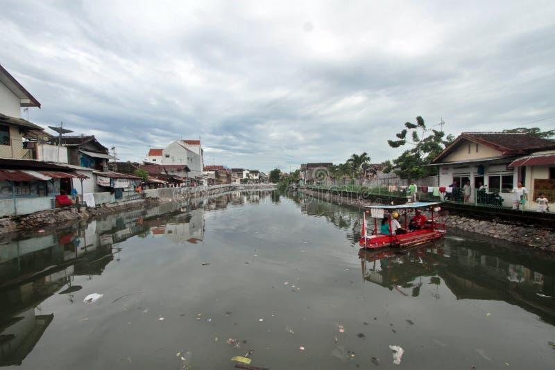 Les résidents utilisent un bateau à travers la rivière dans les taudis Sangkrah photo libre de droits