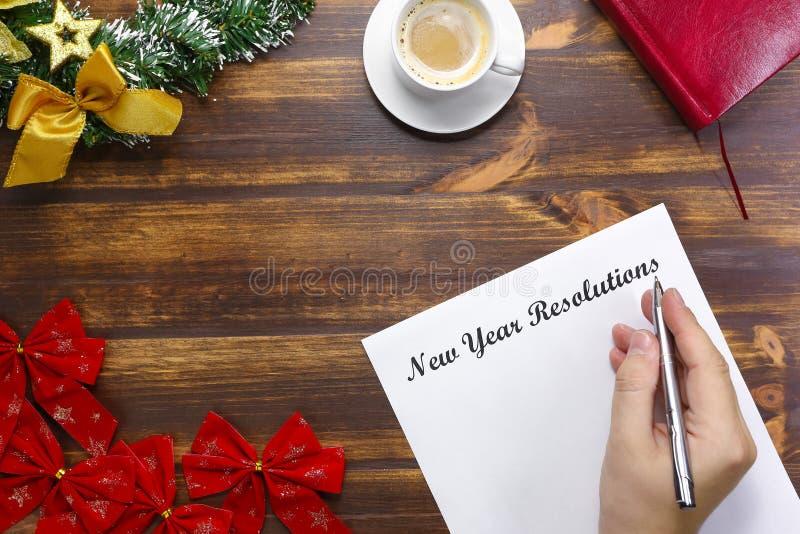Les résolutions de nouvelle année énumèrent le mensonge sur le conseil en bois Homme faisant la liste de but image stock