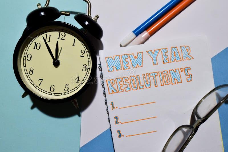 Les résolutions de nouvelle année textotent la liste avec le réveil, le marqueur et les lunettes pour la présentation d'affaires photos libres de droits