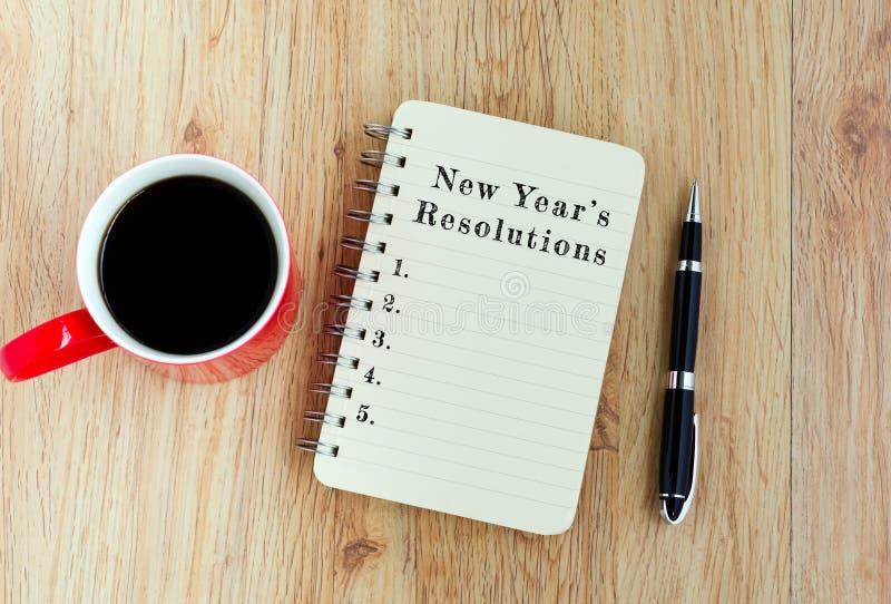 Les résolutions du ` s de nouvelle année textotent sur le bloc-notes photo stock