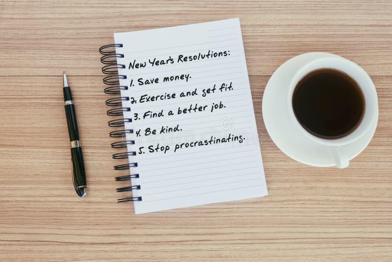 Les résolutions du ` s de nouvelle année textotent sur le bloc-notes photographie stock libre de droits