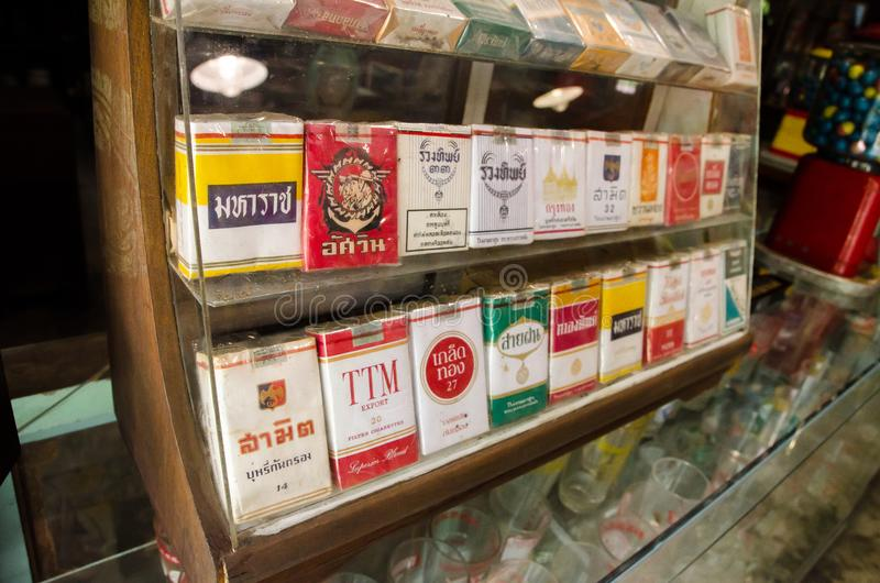 Les rétros cigarettes de la Thaïlande empaquettent la collection de marque dans un coffret en verre d'affichage photographie stock