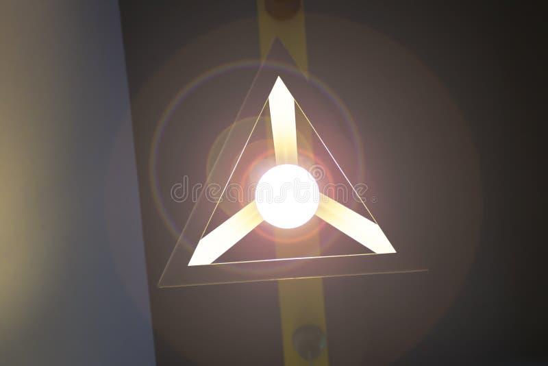 Les réverbères décoratifs, une lampe aiment des lames d'avion, la nuit image libre de droits