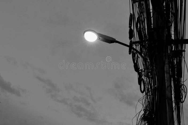 Les réverbères ont monté sur des poteaux au temps de soirée photos libres de droits