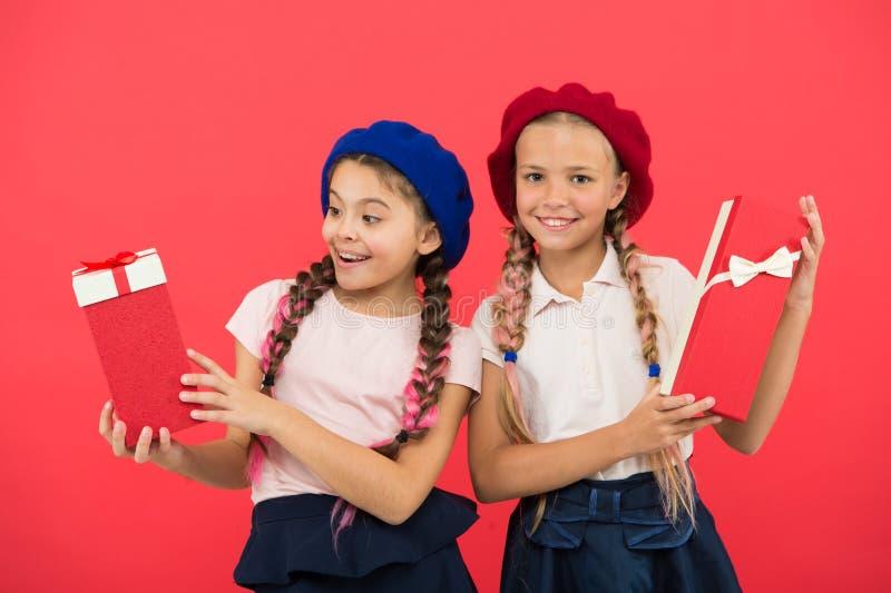 Les rêves viennent vrai Enfance heureux Concept d'achats Filles mignonnes d'enfant petites en tournée de achat Sélectionnez le ca photos libres de droits