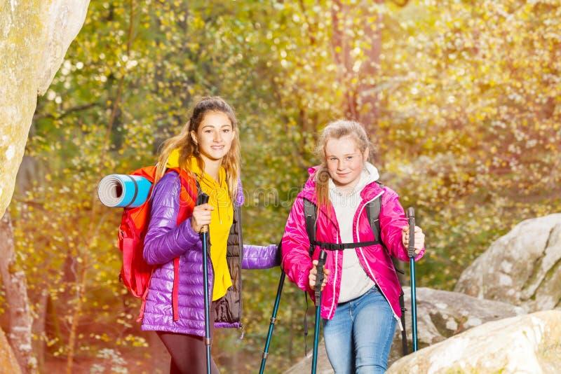 Les randonneurs avec le trekking colle au jour ensoleillé dehors photo libre de droits