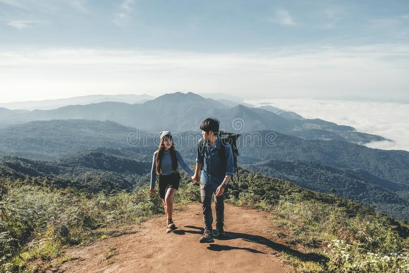 Les randonneurs couplent le temps d'aventure de montagne image stock