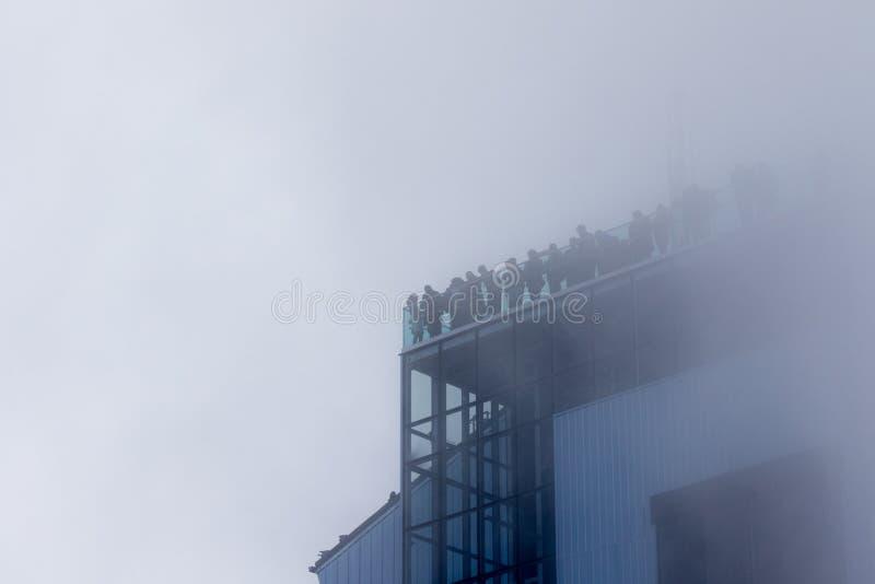 Les randonneurs dans les nuages admirent le paysage sur le glacier de Marmolada, dolomites image stock