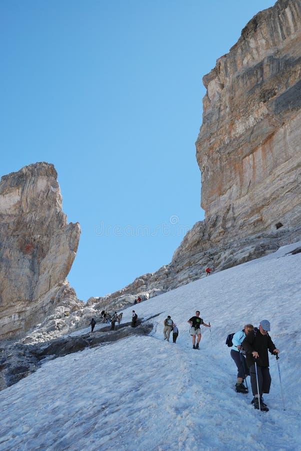 Les randonneurs s'approchent de l'intervalle de Rolando dans Pyrénées. image libre de droits