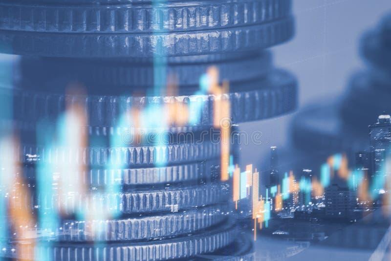 Les rangées de la pièce de monnaie et le graphique du marché boursier commercent l'indicateur financier photographie stock