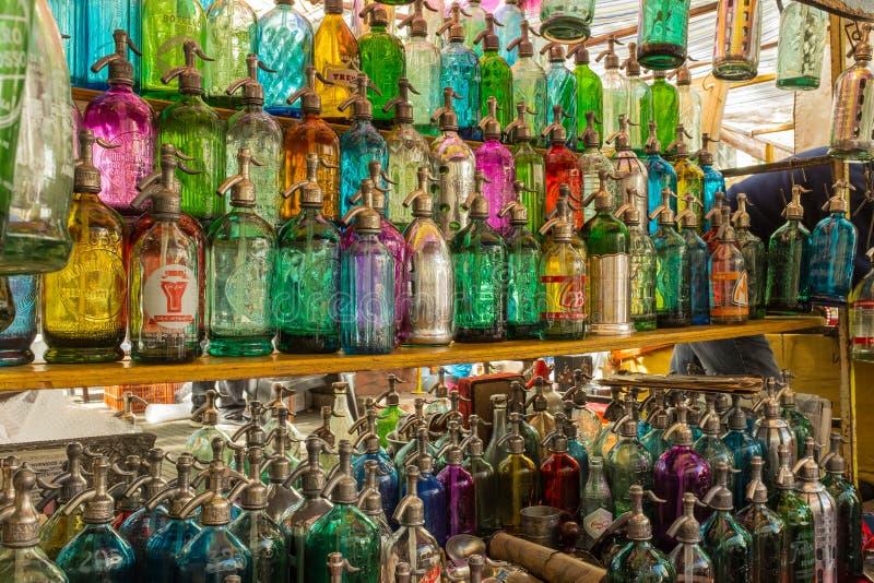 Les rangées des bouteilles de soude antiques en verre colorées ont aligné à un marché aux puces en San Telmo, Buenos Aires,  images stock
