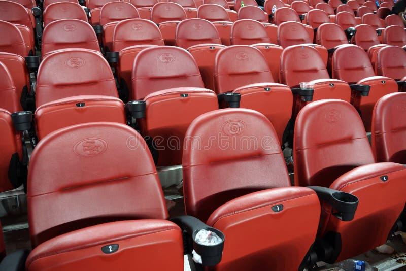 Les rangées du stade rouge vide pose aller vers le haut images stock