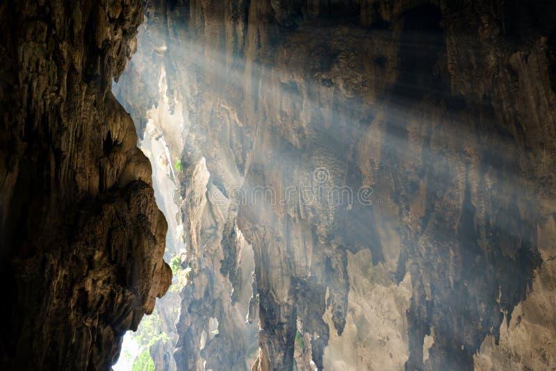 Les rayons de la lumière du soleil tombent sur le mur de la caverne photographie stock libre de droits